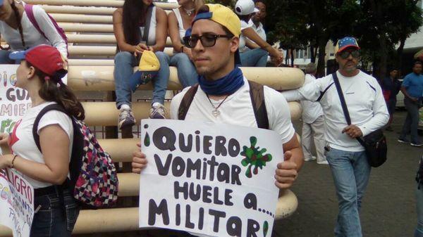 Un venezolano muestra un cartel en el que manifiesta su descontento con el gobierno