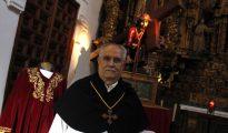 Carlos Blanco Zaldívar, hermano mayor, juntoa la nueva túnica que portará este miércoles la talla de Cristo Redentor