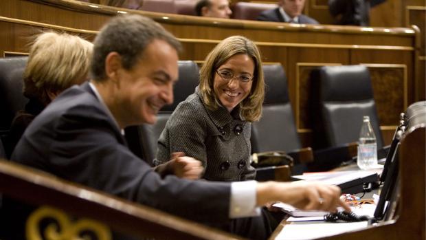 Carmen Chacón junto al entonces presidente del Gobierno, José Luis Rodríguez Zapatero, en una imagen de archivo