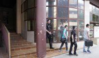 Agentes de la Policía abandonan el edifico donde se produjo el supuesto intento de homicidio (Foto El País).