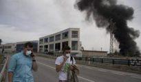 La gran columna de humo negro producida tras las explosiones en el polígono