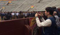 Aspirantes a toreros, profesores y organizadores en el ruedo de Las Ventas ante la mirada de curiosos