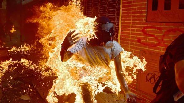 Un manifestante se incendia durante una protesta en Caracas. La imagen recorrió el mundo