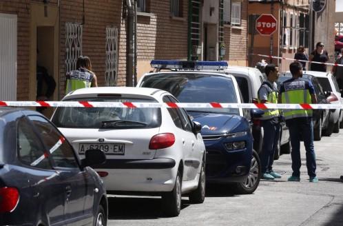 La Policía acordona el número 12 de la calle Dos de Mayo de la localidad madrilleña de Alcobendas donde una mujer de 44 años y su hijo de 12 han sido asesinados