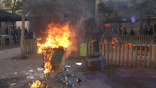 Un carro de súper ardiendo, durante la marcha de la CUP