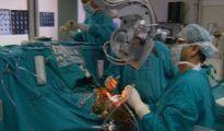 Imagen de una cirugía realizada en el Instituto de Ciencias Médicas de toda la India