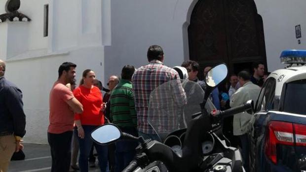 Vecinos consternados se concentraron en la puerta de la iglesia profanada.