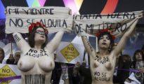 """Activistas de FEMEN durante la protesta contra la feria """"Surrofair"""" de promoción de la gestación subrogada"""