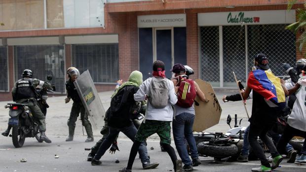 Imágen de los enfrentamientos entre opositores y GNB en las protestas en Venezuela