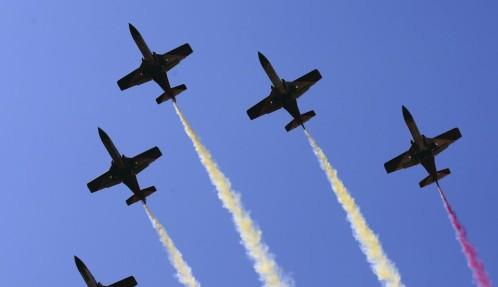 La patrulla Águila, formada por siete aviones C-101, dibuja en el aire los colores de la enseña nacional, durante el acto central del Día de las Fuerzas Armadas del año pasado