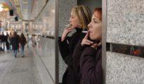 Fumadoras en el exterior de su centro de trabajo.
