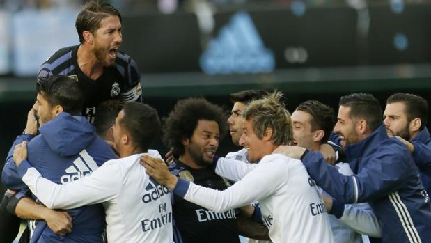 Los jugadores del Real Madrid celebran el primer gol de Cristiano Ronaldo