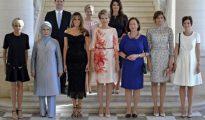 La primera dama francesa, Brigitte Trogneux, la primera dama turca, Emine Gulbaran Erdogan, la primera dama estadounidense, Melania Trump, la reina Matilde de Bélgica, la mujer del secretario general de la OTAN, Ingrid Schulerud, la mujer del presidente búlgaro Desislava Radeva, la mujer del primer ministro belga, Amelie Derbaudrenghien, (segunda fila i-d) El marido del primer ministro de Luxemburgo, Gauthier Destenay, la mujer del primer ministro esloveno, Mojca Stropnik, y la primera dama finlandesa, Thora Margret Baldvinsdottir, posan para los fotógrafos antes de una cena de primeras damas en el Castillo de Laeken, durante la cumbre de la OTAN, en Bruselas, en el marco de la cumbre de la Alianza Atlántica en Bruselas.