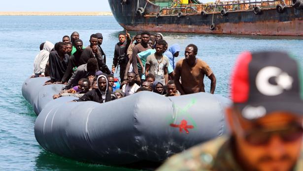 Inmigrantes ilegales rescatados frente a las costas de Libia y devueltos a Trípoli