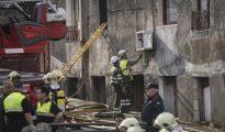 Los bomberos trabajan en el edificio siniestrado esta mañana en Bilbao. ARABA PRESS