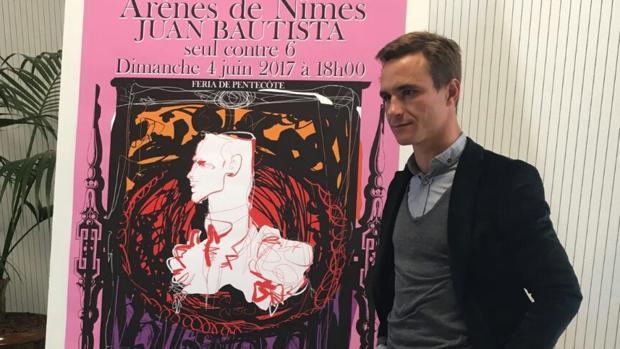 Juan Bautista, junto al cartel diseñado por Lacroix