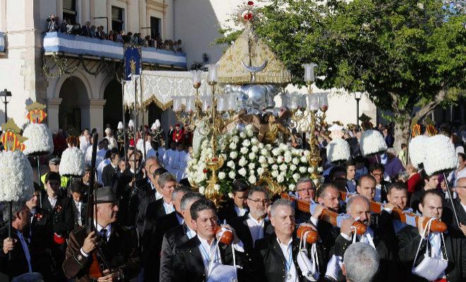 Los miembros de la Real Cofradía del Lledó portan la imagen de la Lledonera.