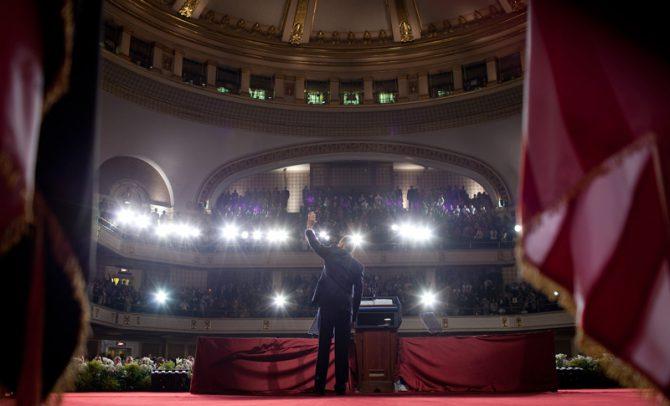 Cuando el anterior presidente de EEUU, Barack Obama, pronunció su primer discurso presidencial de importancia, en El Cairo en 2009, sus invitados de honor, sentados en primera fila, fueron líderes de la Hermandad Musulmana. Los regímenes militares del Medio Oriente, menos radicales que los islamistas, fueron dejados de lado y, así, debilitados. (Imagen: la Casa Blanca).