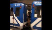 Captura de imagen en la que se aprecia a dos adolescentes en uno de los acoples de los convoyes del Metro de Madrid en la Línea 1, tres paradas antes del suceso).