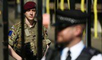 Un soldado y un policía en Downing Street, Londres, Reino Unido.