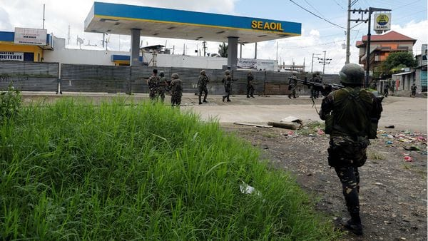Militares filipinos patrullan calles de Mindanao.