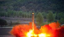 El lanzamiento del cohete balístico estratégico de largo alcance Hwasong-12 (Mars-12) durante una prueba