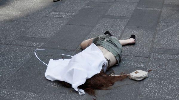 El cuerpo de la mujer fue cubierto por una tela, sin confirmarse su estado