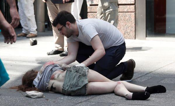 Una mujer herida es atendida por un transeúnte