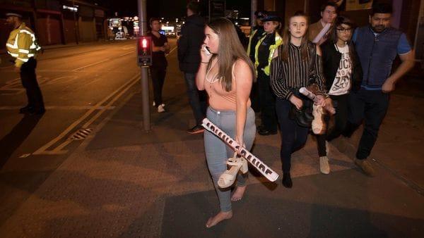 Una adolescente trata de comunicarse con sus padres luego de las explosiones tras el show de Ariana Grande en Manchester