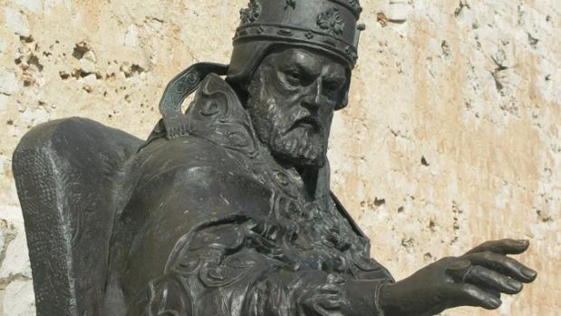 Escultura dedicada al Papa Luna en Peñíscola (Castellón), donde acabó su vida