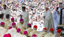 El papa Francisco proclamó como santos este sábado a dos niños pastores, Francisco Marto y su hermana Jacinta