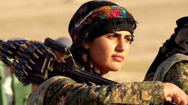 Mujer combatiente contra el Estado Islámico.