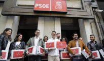 El equipo de Susana Díaz entregando los avales en Ferraz