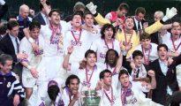 La plantilla del Madrid celebra el título de 1998