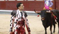 Paco Ureña, con el terno ensangrentado, sale de la cara del toro