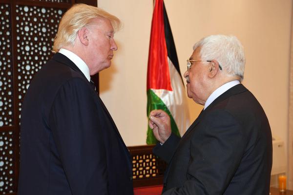 El presidente de EEUU, Donald Trump, conversa con el de la Autoridad Palestina, Mahmud Abás, el 23 de mayo de 2017.