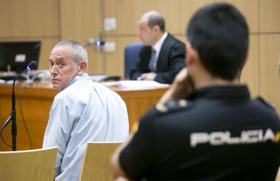 El acusado, Adolfo B., ayer, sentado en su juicio en la Audiencia de Valencia.