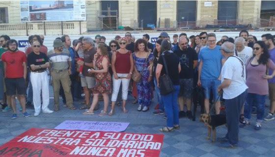 Un día antes del ataque, un grupo se manifestó en la Plaza del Rey de San Fernando contra la conferencia de Varela.