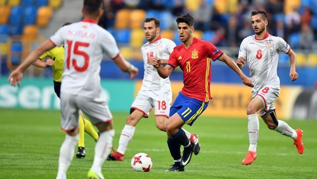 Asensio intenta superar a varios rivales en el estreno de España en la Eurocopa sub 21