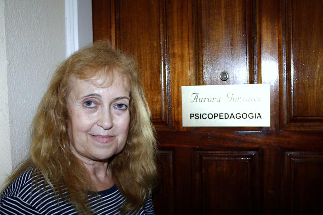 Aurora González en la entrada de su piso en Calella (La Vanguardia)