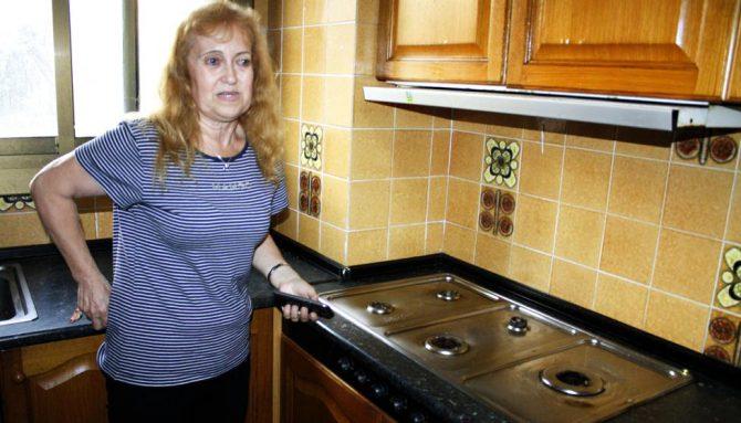 Aurora González en la cocina con los fogones arrancados por sus inquilinos (Foto La Vanguardia)