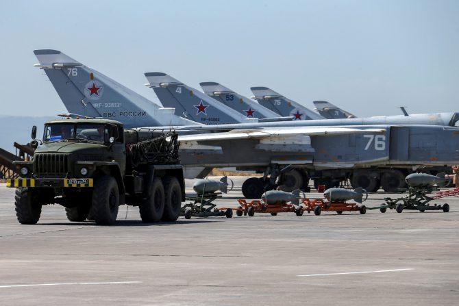 arios aviones rusos se observan en la base aérea de Hmeimim. 18 de junio de 2016.