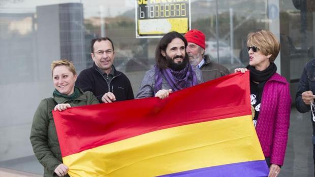 El presidente del Parlamento balear, en el centro con barba y aspecto desaseado, posa con una bandera republicana.