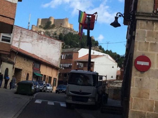 Momento de la retirada de la bandera LGTB de la ventana del despacho municipal de Izquierda Unida en Aguilar de Campoo (Palencia)