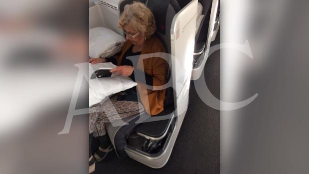 Carmena, en su asiento de avión de primera clase (foto exclusiva de ABC)