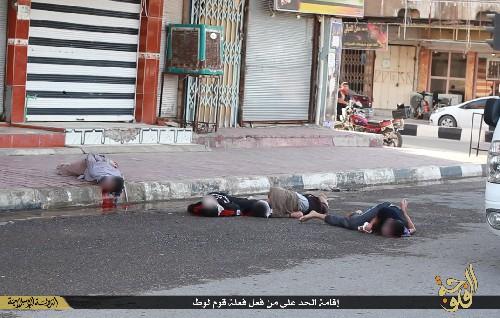 Los cuerpos sin vida de varioos gays tras ser lanzados al vacío por terroristas del Estado Islámico.