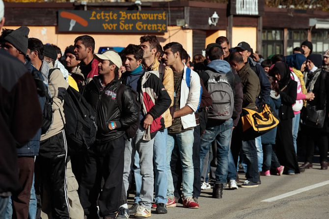 Un grupo de los cerca de dos millones de migrantes procedentes de África, Asia y Oriente Medio que Angela Merkel ha permitido entrar en Alemania, llegando al país desde Austria, el 28 de octubre de 2015. (Foto: Johannes Simon/Getty Images)