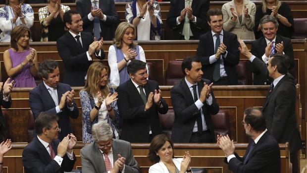 Diputados del PP aplauden a Rafael Hernando tras su intervención en el debate de la moción de censura presentada por Podemos.