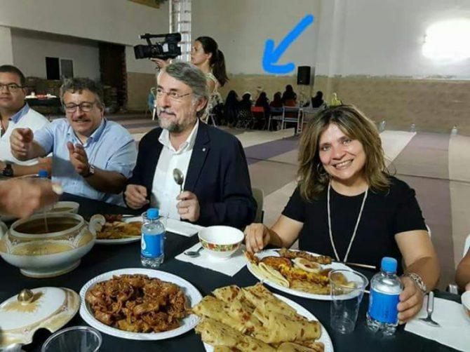 En la imagen, Montse Arroyo, concejala para la Igualdad, durante una cena de ramadán en el interior de la nueva mezquita de Vilafranca del Penedès (Barcelona). Detrás de ellos, las mujeres.