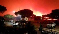 Vista del fuego próximo a viviendas en el cinturón de Doñana